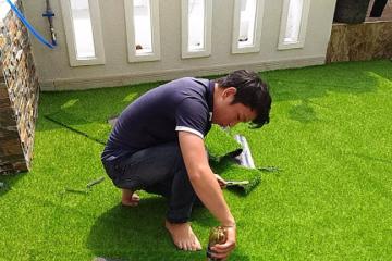 Hướng dẫn tự thi công cỏ nhân tạo sân vườn trang trí ban công nhà ở